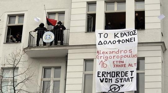 Atina'da isyan durmuyor: Polise ateş açıldı