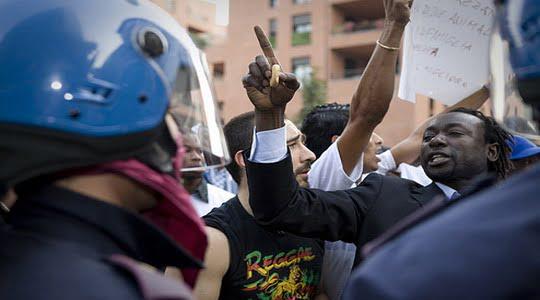 Polis İtalya'da Senegalli bir göçmeni vurdu !